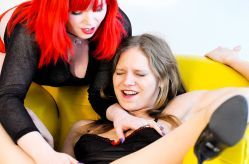 Horny Lesbians playing with fuck machines!, Scène 3