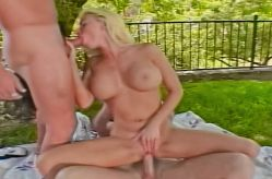 Kelly's hot 3way in the park!! Scène 3